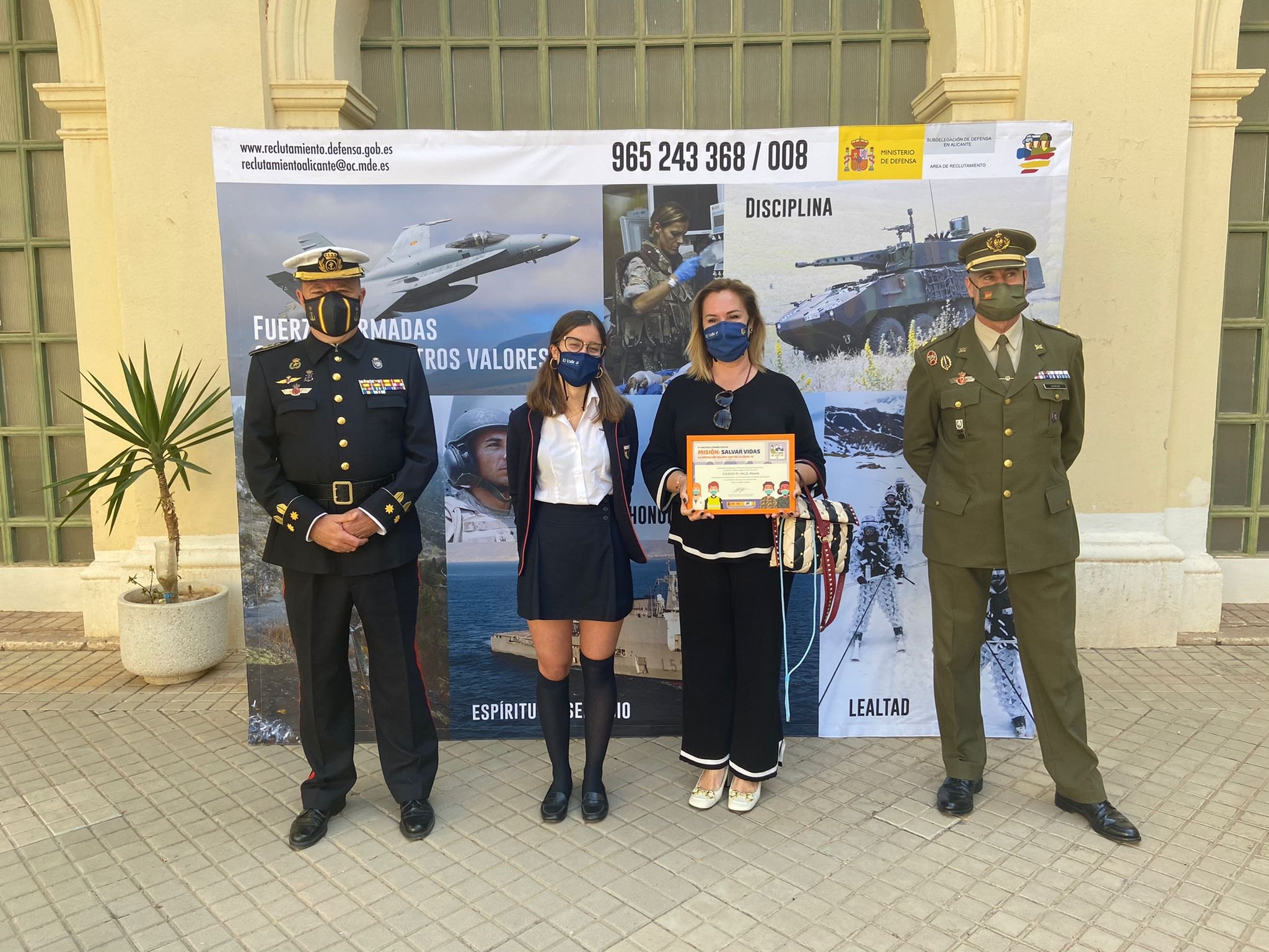 Daniela Ruiz de León, ha recibido el premio como Ganadora del Certamen 'Carta a un militar español´.